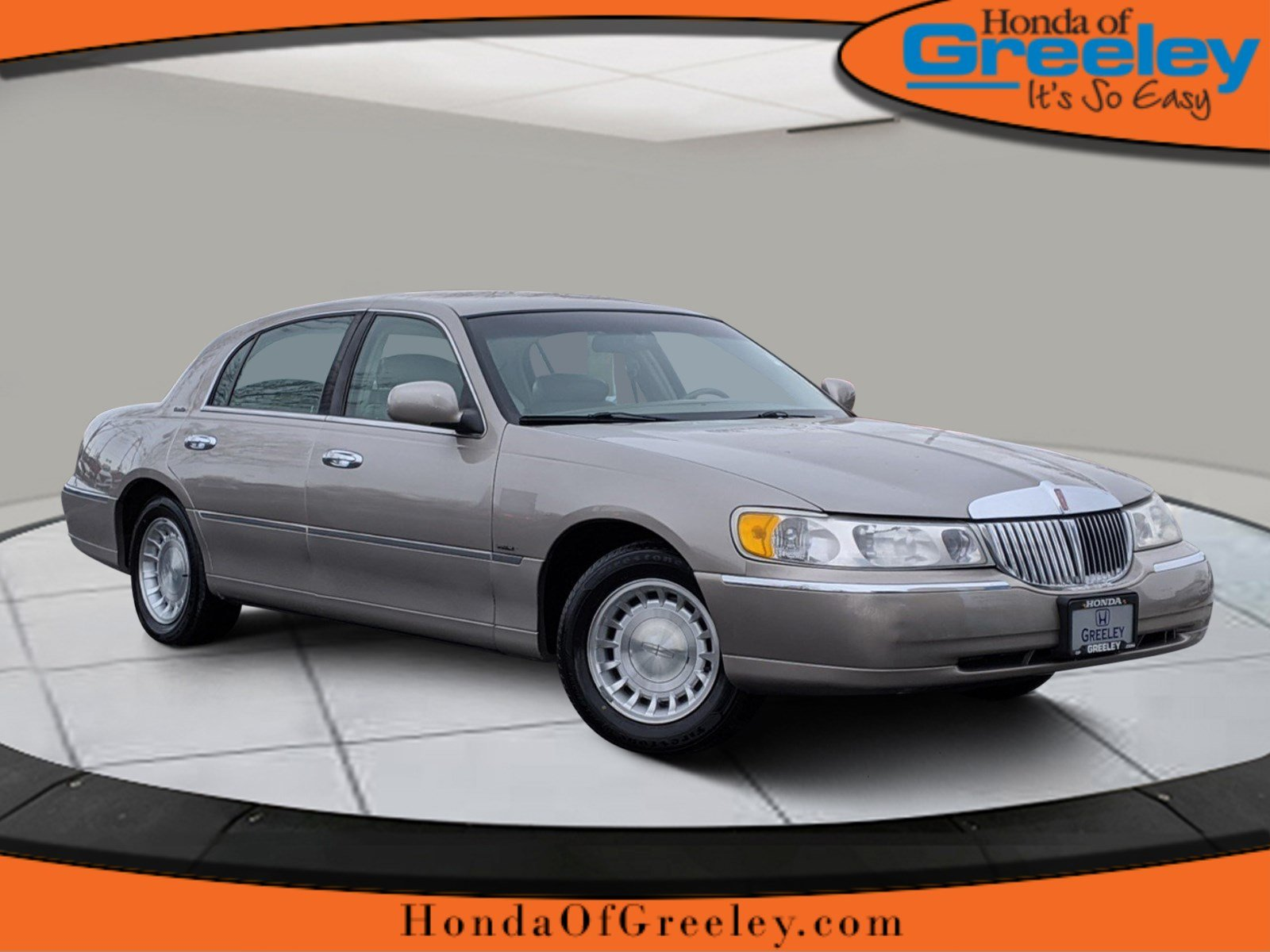 Pre-Owned 2001 Lincoln Town Car Executive